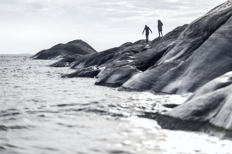 Two people take a walk on the cliffs on Sandhamn in the Stockholm archipelago